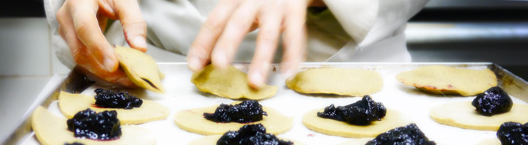 Briciole-Golose-Roberta-Bruni-Bologna-mani-che-preparano-raviole